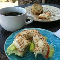 Foto tirada no(a) Island Brew Coffeehouse por Ani T. em 4/14/2012