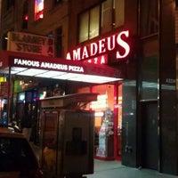 รูปภาพถ่ายที่ Famous Amadeus Pizza - Madison Square Garden โดย Bryan B. เมื่อ 12/11/2011