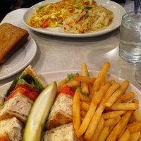 Foto scattata a The Flame Restaurant da Eric G. il 11/24/2011