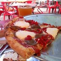 Foto tomada en Home Slice Pizza por Tara B. el 3/19/2012