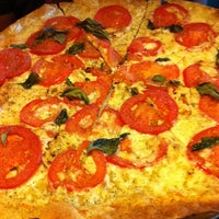 Foto tomada en West Crust Artisan Pizza por Jennifer K. el 9/8/2011