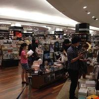Foto tomada en Books Kinokuniya por Sittichai K. el 7/11/2012