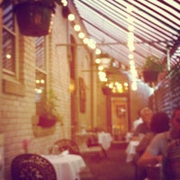 Photo prise au Pasta Tree Restaurant & Wine Bar par Darcie M. le8/8/2012