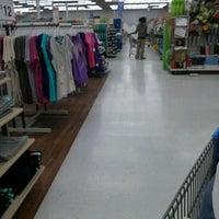 Das Foto wurde bei Walmart Supercenter von Kim J. am 4/13/2012 aufgenommen