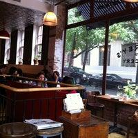 รูปภาพถ่ายที่ Jeffrey's Grocery โดย Liat K. เมื่อ 10/19/2011