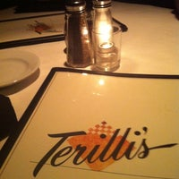 10/6/2011 tarihinde Brandi B.ziyaretçi tarafından Terilli's'de çekilen fotoğraf