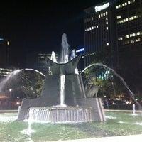 รูปภาพถ่ายที่ Victoria Square/Tarndanyangga โดย Bruce M. เมื่อ 5/18/2012