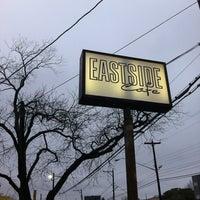 รูปภาพถ่ายที่ Eastside Cafe โดย Lauren M. เมื่อ 3/11/2012