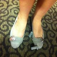 Das Foto wurde bei DSW Designer Shoe Warehouse von Julie H. am 8/3/2011 aufgenommen