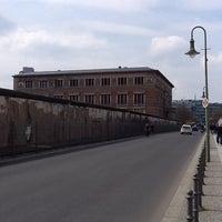 Das Foto wurde bei Baudenkmal Berliner Mauer von Cassio D. am 4/18/2012 aufgenommen