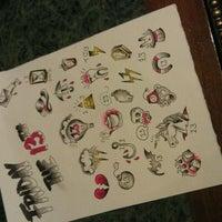 Das Foto wurde bei Damask Tattoo von Laura E. am 4/13/2012 aufgenommen