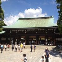 Foto tirada no(a) Honden (Main Shrine) por Tomotaka O. em 8/26/2012