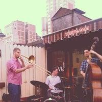 7/9/2012 tarihinde Barry H.ziyaretçi tarafından VU Bar NYC'de çekilen fotoğraf