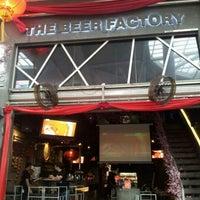 Снимок сделан в The Beer Factory & The Attic пользователем jeff b. 1/21/2012