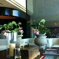 8/29/2011 tarihinde Mich W.ziyaretçi tarafından Hotel Arts Ritz Club Lounge'de çekilen fotoğraf