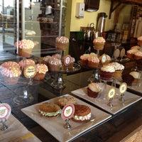 4/20/2012 tarihinde Carolyn F.ziyaretçi tarafından The Yellow Leaf Cupcake Co'de çekilen fotoğraf