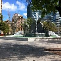 รูปภาพถ่ายที่ Victoria Square/Tarndanyangga โดย Ana G. เมื่อ 9/13/2012