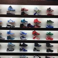 Foto tirada no(a) Sneaker Villa por Lisette V. em 3/22/2012