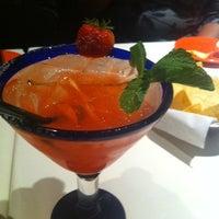 รูปภาพถ่ายที่ Cantina Laredo โดย Tene G. เมื่อ 1/1/2012