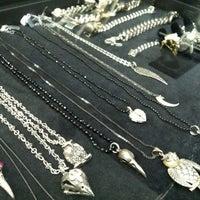 Photo prise au Lazaro SoHo Jewelry par Charmaine V. le2/21/2012
