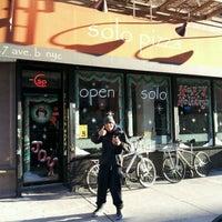 Photo prise au Solo Pizza NYC par Ryan D. le12/11/2011