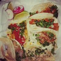 รูปภาพถ่ายที่ Junior's Tacos โดย Courtney E. เมื่อ 5/25/2012