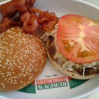 Foto tomada en Ruben's Hamburgers por Fernando M. el 10/17/2011