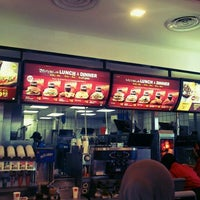 Das Foto wurde bei McDonald's & McCafé von phyrouz R. am 5/4/2012 aufgenommen