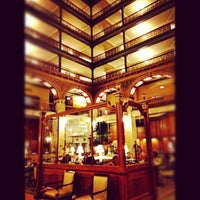 Foto tirada no(a) The Brown Palace Hotel and Spa por Stacie V. em 3/16/2012