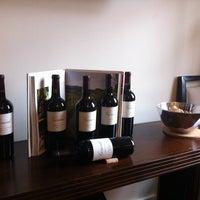 Foto tirada no(a) Girard Winery Tasting Room por Tim L. em 1/29/2011