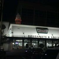 Das Foto wurde bei Krispy Kreme Doughnuts von Kathryn H. am 10/13/2011 aufgenommen