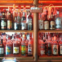 Foto tirada no(a) Rum Bar at the Speakeasy Inn por Bahama Bob L. em 8/18/2012