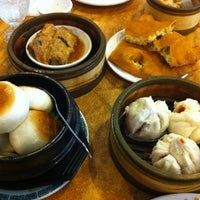 Das Foto wurde bei Koi Palace 鯉魚門海鮮茶寮 von Riya S. am 7/1/2012 aufgenommen