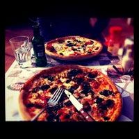 Foto scattata a Olivia's Pizzeria da rabbit_hole_ B. il 3/27/2011