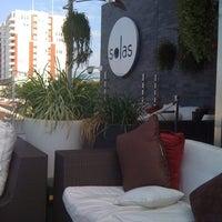 Снимок сделан в Solas Lounge & Rooftop Bar пользователем Victoria K. 7/12/2011