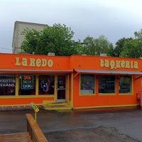 Foto tirada no(a) Laredo Taqueria por Ramón A. em 4/4/2011