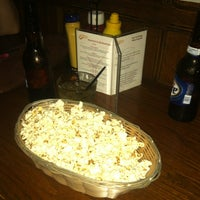 รูปภาพถ่ายที่ Four Farthings Tavern & Grill โดย Megan B. เมื่อ 7/28/2012