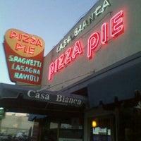 Foto scattata a Casa Bianca Pizza Pie da Tony K. il 2/17/2012