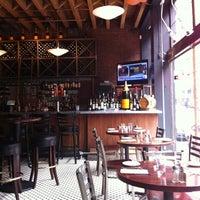Foto tomada en Les Zygomates Wine Bar Bistro por Brian M. el 4/5/2011
