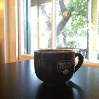 รูปภาพถ่ายที่ Hidden House Coffee โดย Brett R. เมื่อ 1/15/2012