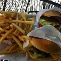 Das Foto wurde bei Willie's Burgers von Roberto G. am 8/2/2011 aufgenommen