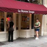 Foto diambil di La Bonne Soupe oleh Steve E. pada 9/25/2011