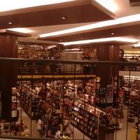 8/25/2012 tarihinde 💖Caroline M.ziyaretçi tarafından Saraiva MegaStore'de çekilen fotoğraf