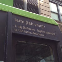 Foto scattata a Taïm Mobile Falafel & Smoothie Truck da Danielle L. il 6/3/2012