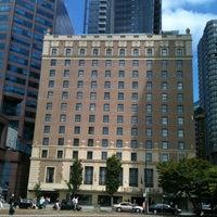 Foto diambil di Rosewood Hotel Georgia oleh Philippe C. pada 8/8/2011