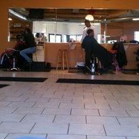 11/16/2011 tarihinde JL J.ziyaretçi tarafından Lifestyles Barber and Sneaker Shop'de çekilen fotoğraf