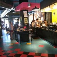 Foto tirada no(a) New Wave Coffee por Bill D. em 5/25/2012