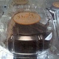 Foto tomada en 3 Sisters Chocolate por Jennice G. el 10/9/2011