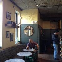 4/12/2012 tarihinde Adrienne D.ziyaretçi tarafından One Shot Cafe'de çekilen fotoğraf