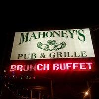 รูปภาพถ่ายที่ Mahoney's Pub & Grille โดย Neal M. เมื่อ 6/14/2012
